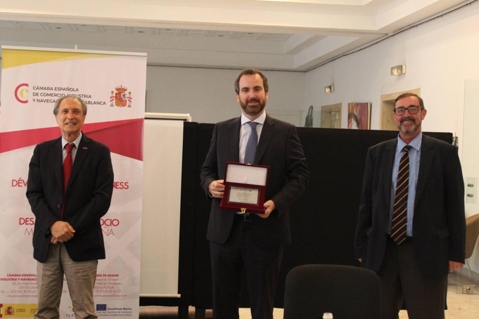 M. Juan García Muñoz remet une plaque d'honneur à M. Álvaro López Barceló